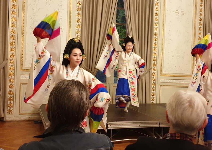 Les danseuses traditionnelles de la cour royale à la mairie!