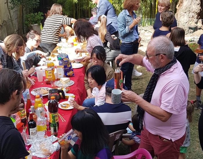 ...suivi du traditionnel buffet dans le jardin!
