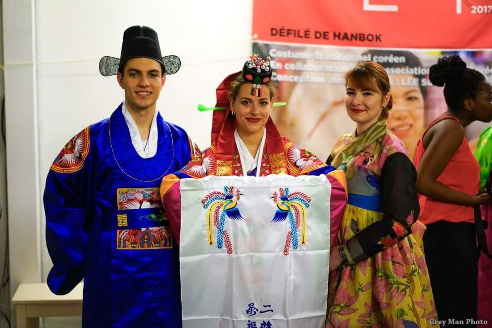 Hanboks traditionnels des mariés coréens, portés avec panache par les membres de l'association!