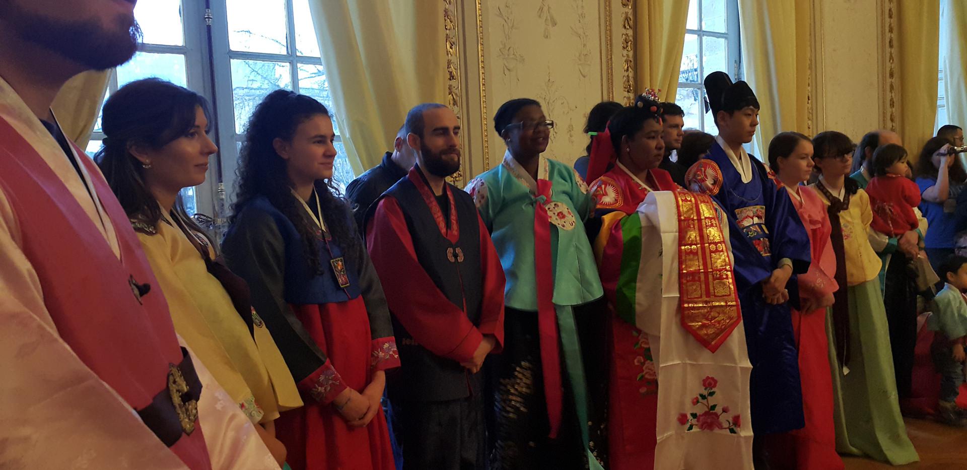 Les membres de l'association vêtus de Hanbok lors de Seollal 2019, à la mairie