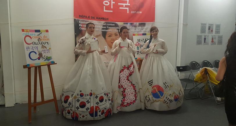 Trois somptueuses demoiselles de l'association lors du délifé de Hanbok! (design par Lee Seonyeong)