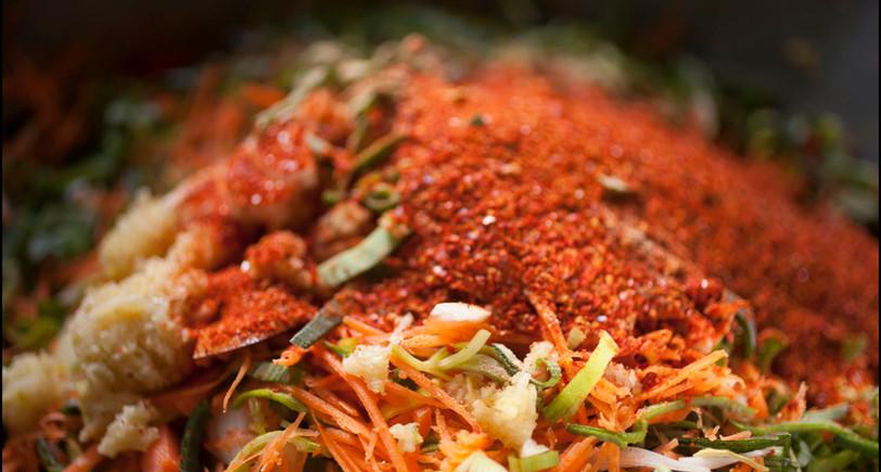 Un plan serré sur les ingrédients du Kimchi