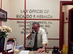 Foto del abogado de derecho penal Ricardo P. Hermida en el teléfono, Miami, Coral Gables, Condado de Miami-Dade, Florida.