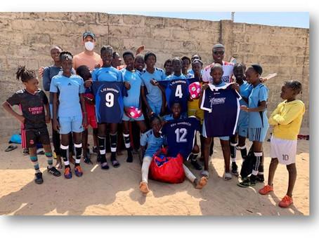 Auch die vom ASV Arnbach gespendeten Trikots wurden in Gambia verteilt