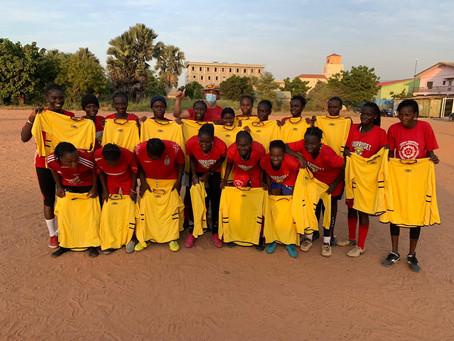 Erste Trikots des Sportverein Waldrennach in Gambia übergeben