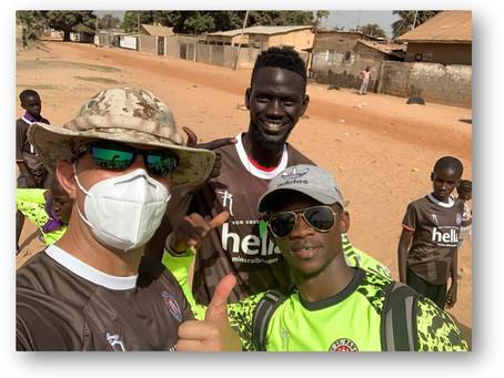 Trikots des FC St. Pauli in Gambia verteilt