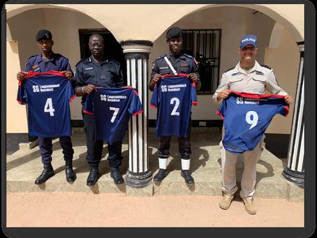 Die Bereitschaftspolizei Gambia nun mit Trikots des SVW ausgestattet