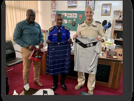 Die gambische Polizeimannschaft spielt nun mit gespendeten Trikots des Sportverein Waldrennach