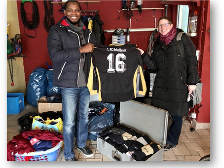 Weitere Spenden an eine afrikanische Organisation überreicht