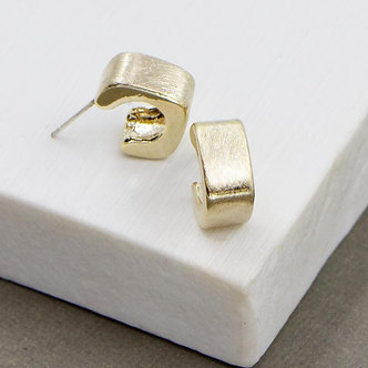 SARAH TEMPEST - Little square hoops in brushed effect gold.