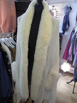ZUPPE Tassel trim faux fur shawl