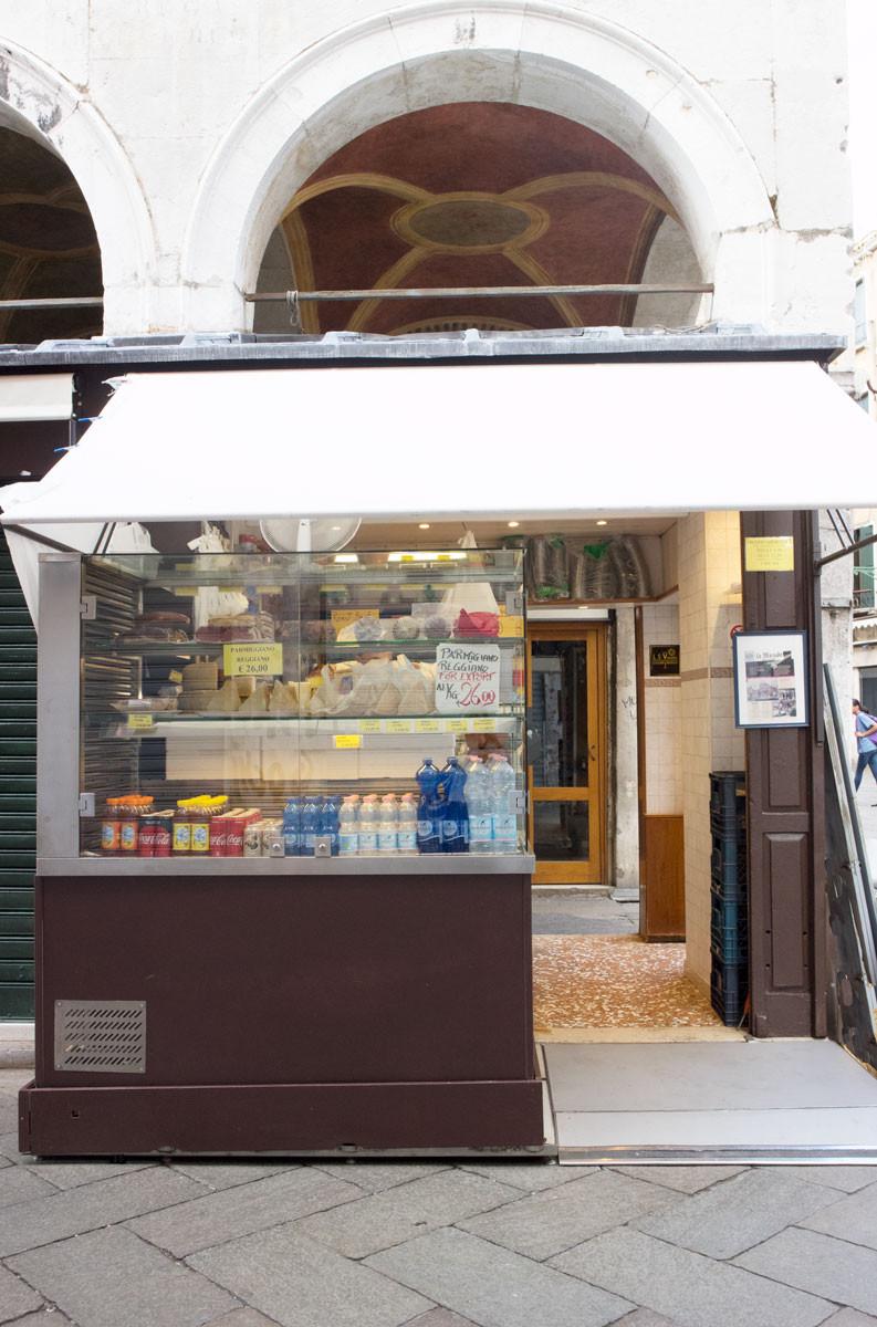 Cheese and prosciutto shopping in Rialto, Venice   La Baita