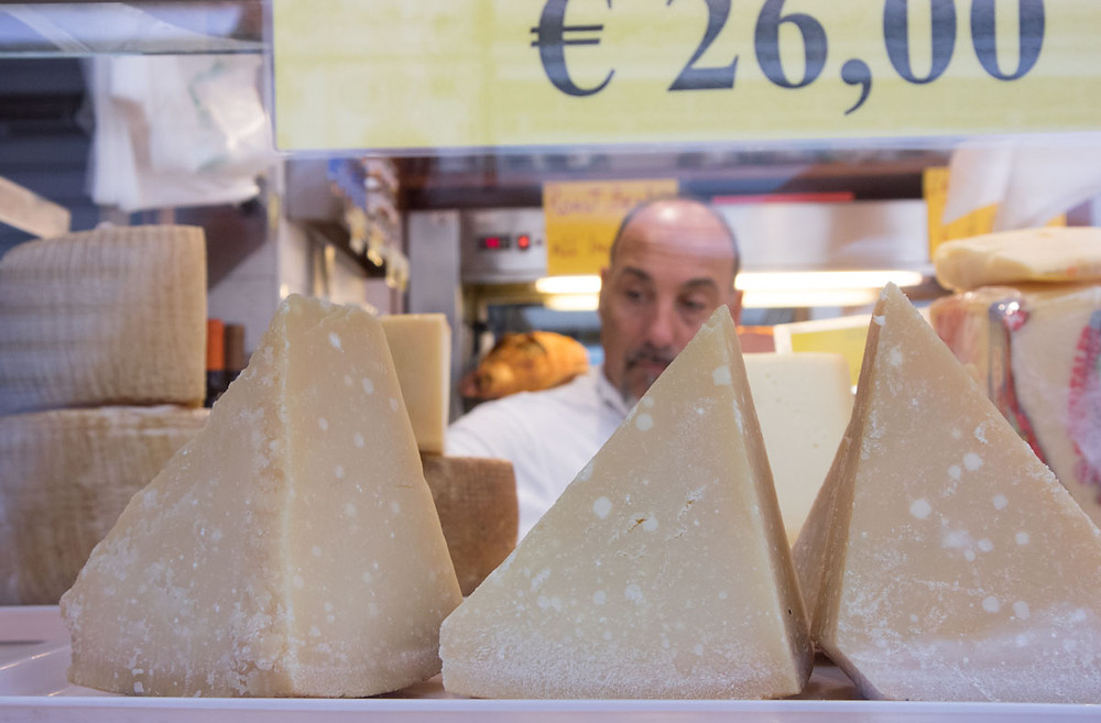 Cheese and prosciutto shopping in Rialto, Venice | La Baita