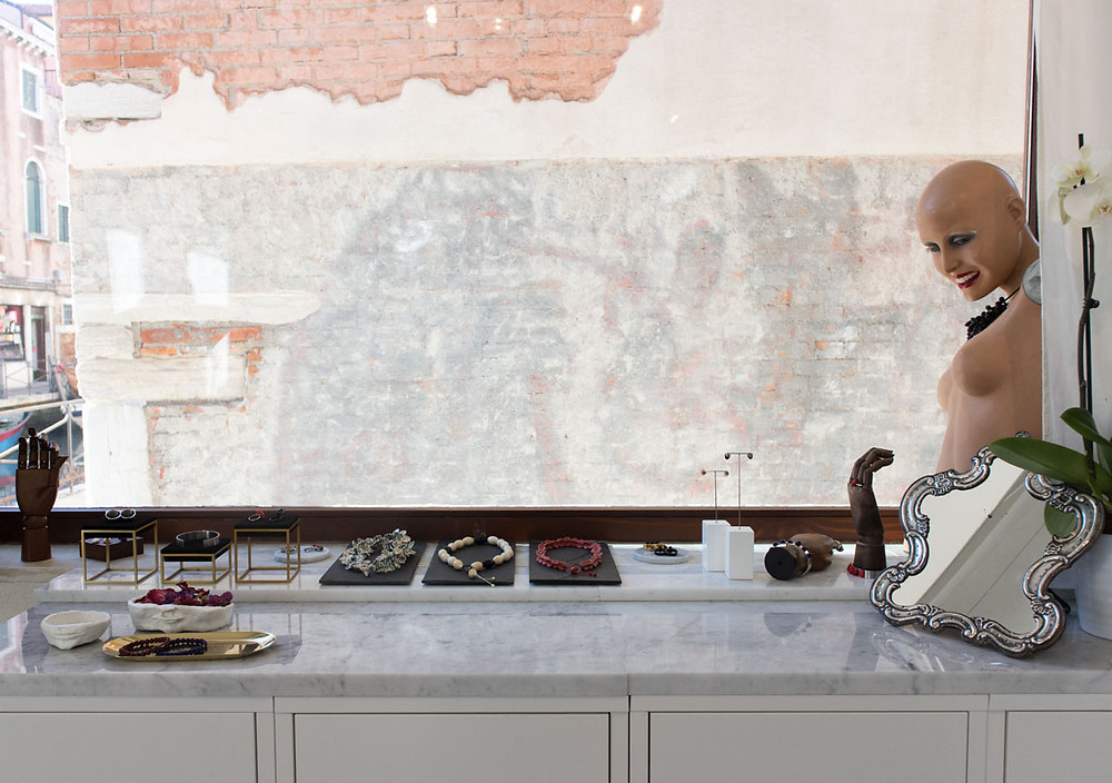 Sunset Yogurt: new contemporary glass jewellery gallery in Venice