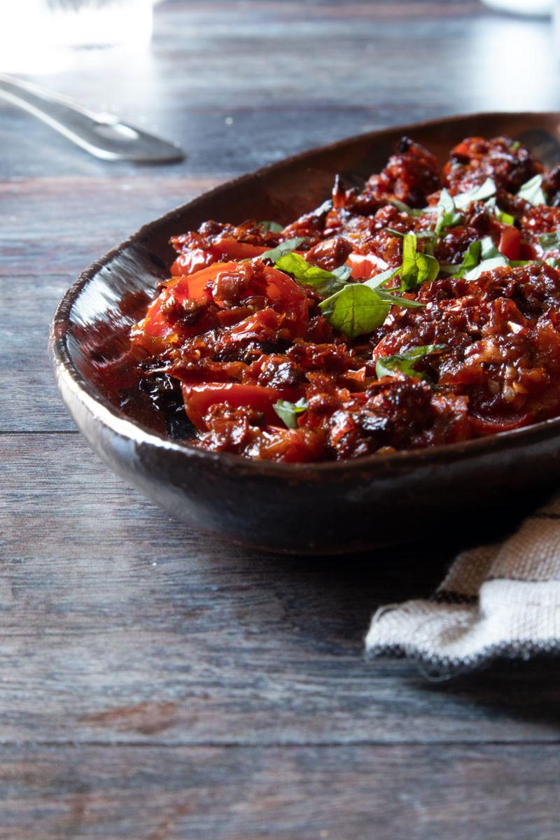 Gratin tomatoes with sun-dried tomato pesto