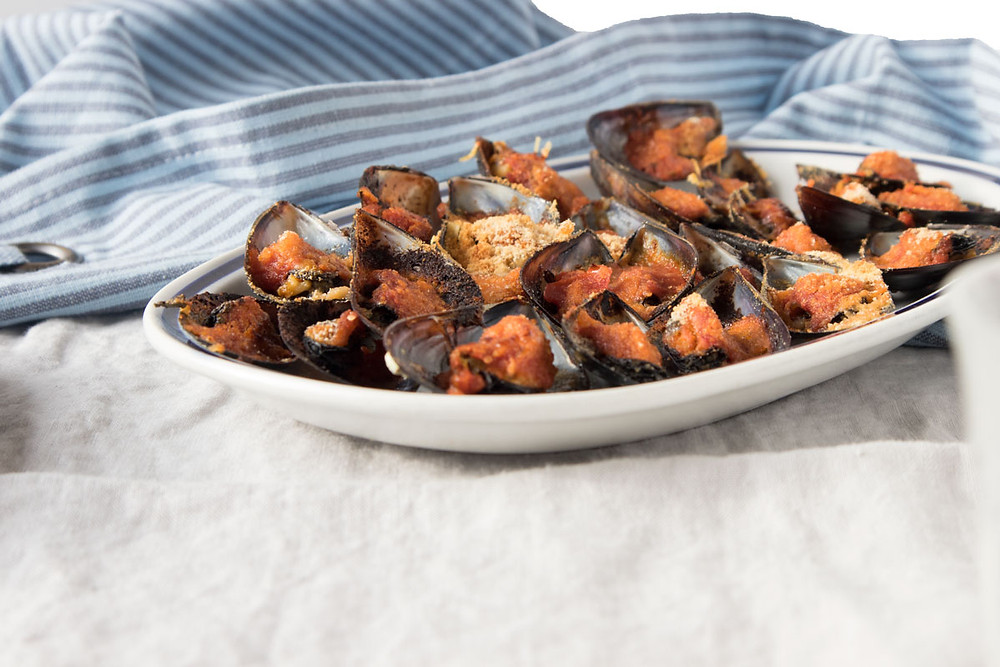 gratin mussels with tomato sauce, breadcrumbs and parmesan