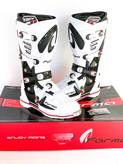 Forma Predator 2.0 white/black boots BRAND NEW Size 9 (43eu)