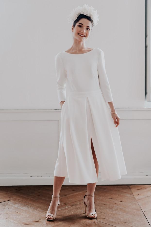 Mona, une allure folle dans cette robe dos nue très élégante et retro. Robe de mariage longueur midi. Boutique de mariage à Toulouse, robe de créateur.