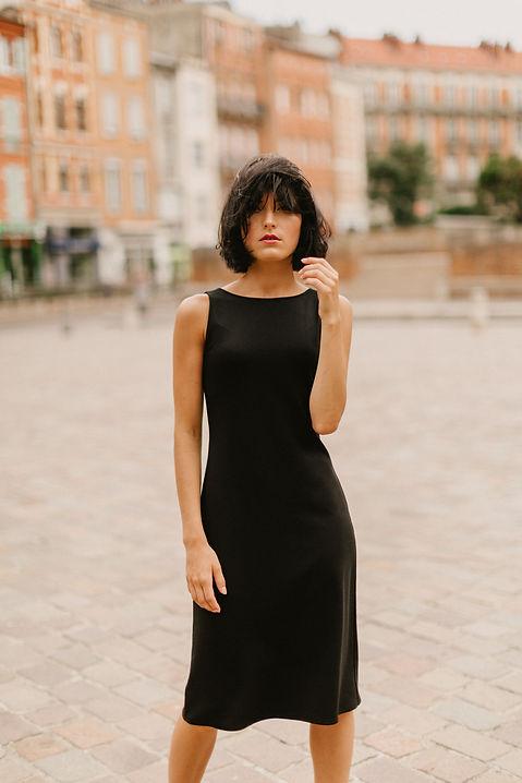 petite robe noire en maille, robe créatrice toulousaine, Delphine Josse, minimliste