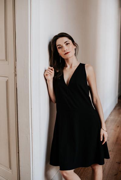 Robe évasée sans manches aux découpes en biais. Créateur Delphine Josse, boutique de robe à Toulouse.