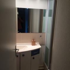Salle de bain indépendante au rez-de-chaussée pour une plus grande intimité.
