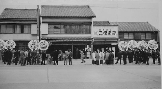 Santoku_store_BLKWHT.jpg