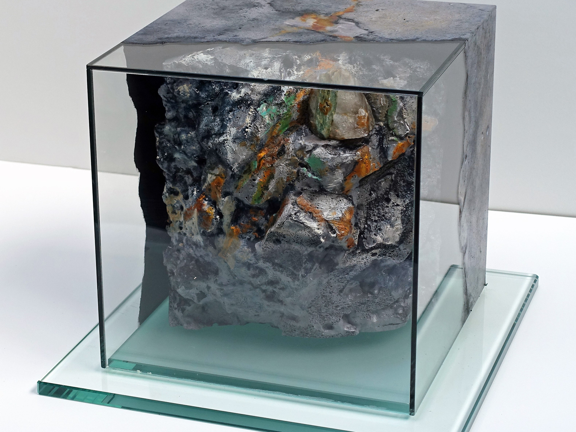 29 mineralIN (4)  25x25x25 cm (inside = mineral embedded in 3D rock imitation,  glass = painted with mineral texture )