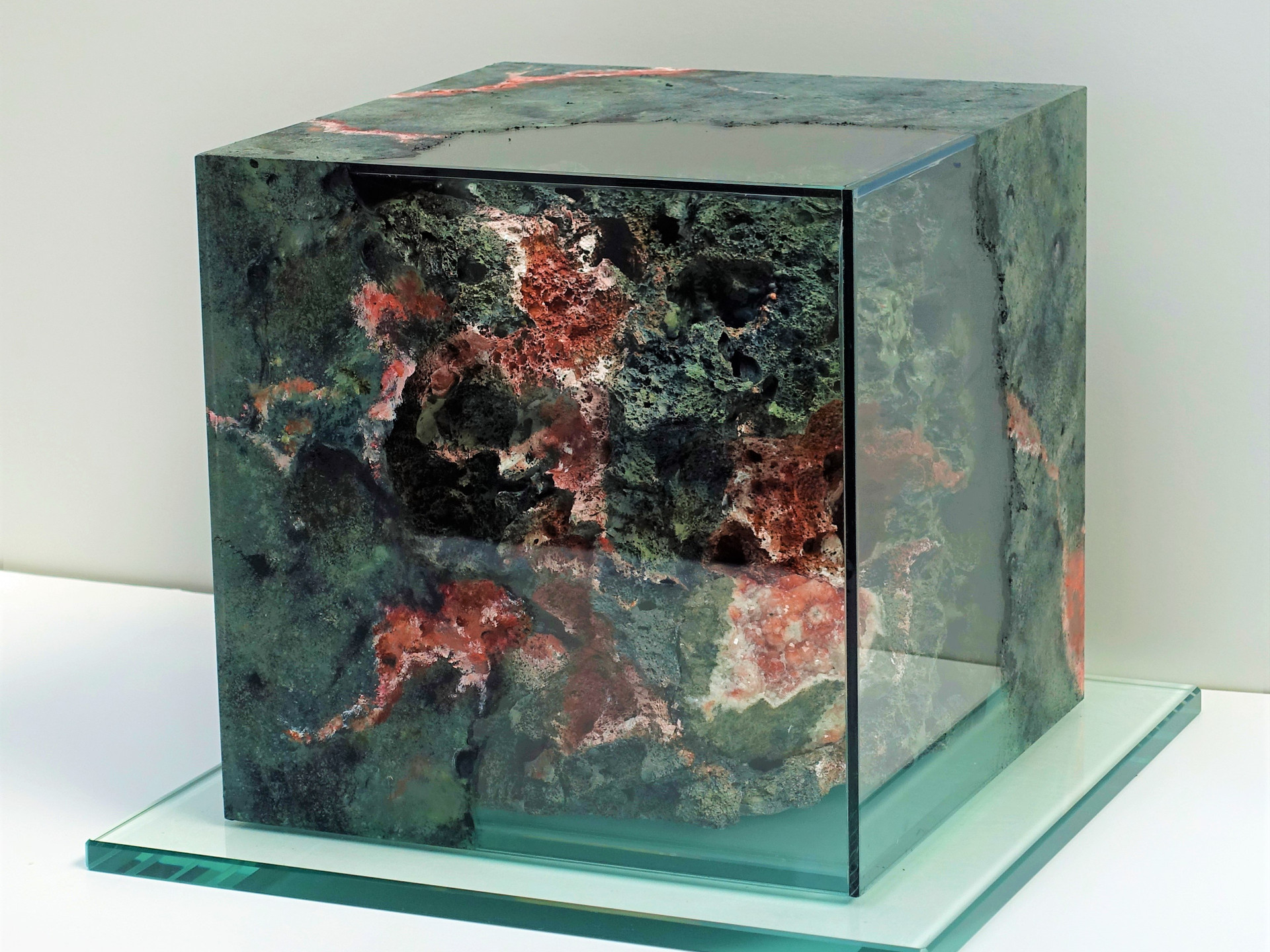 MineralIN (2) ANALCIME 25x25x25 cm (inside = mineral embedded in 3D rock imitation,  glass = painted with mineral texture )