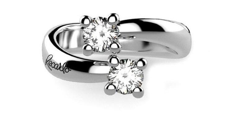 RECARLO Anello Contrariè in oro bianco 18 kt e diamanti taglio brillante.