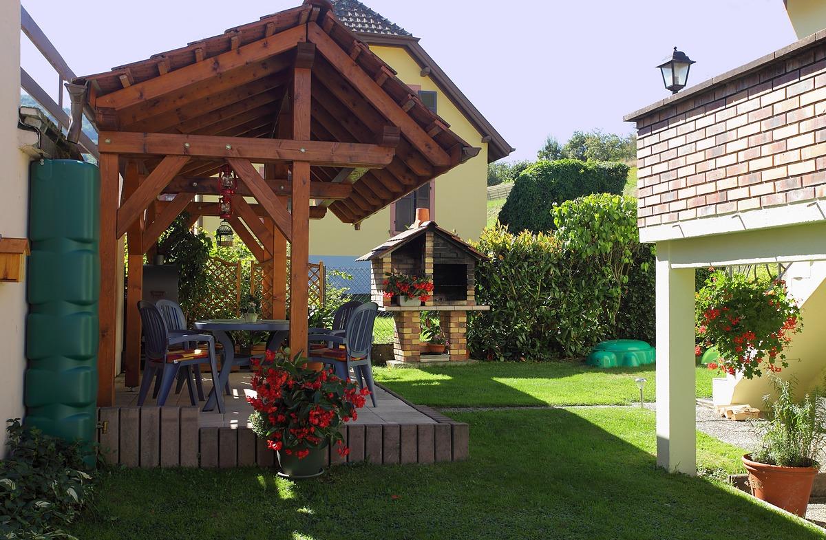 salon de jardin sous la pergolas
