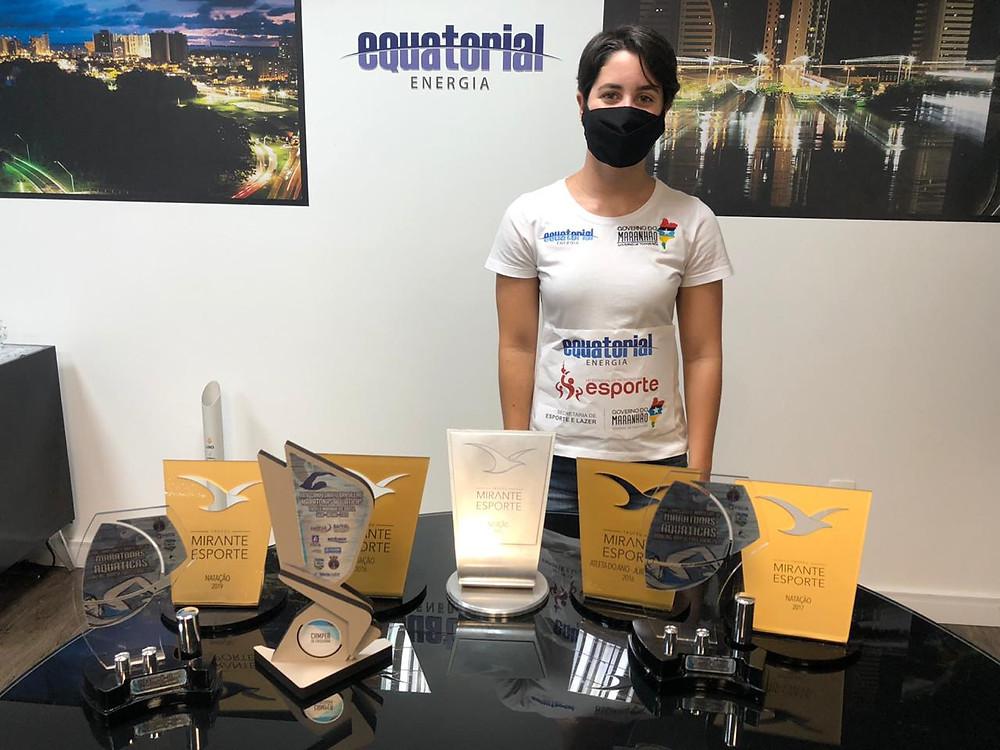 Júlia Nina e seus troféus tem o patrocínio da Equatorial MA.