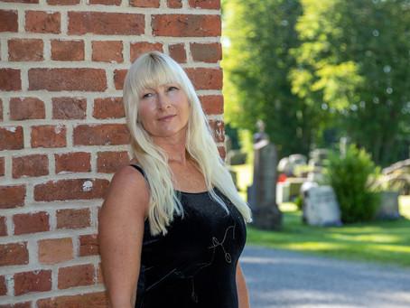 Anne-Karine synger i begravelser og andre arrangementer