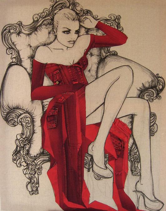 Stéphanie Paoli Jeans ART. Jeune femme assise dans un fauteuil et abillé d'une robe rouge.