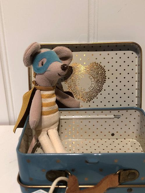 Superhelt mus i kuffert