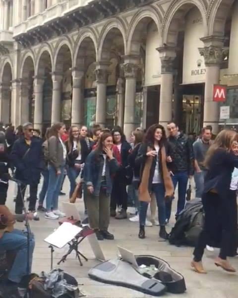 """Pubblico scatenato sulle note di """"This Is The Life"""" oggi in Duomo! #edwin #edwinonemanband #onemanband #busker #musicistadistrada #street #art #music #folk #voice #guitar #armonica #cajon #kazoo #tambourine #fnrt2019 #tour #lombardia #milano #duomomi"""