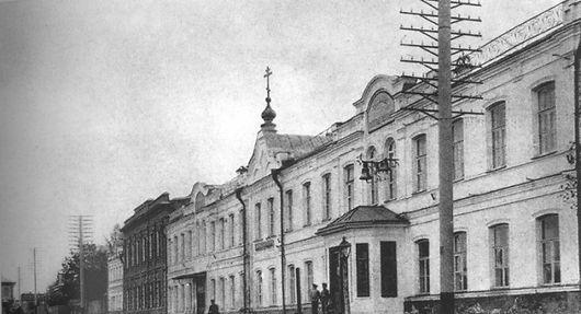 Гимназия с церковным куполом.jpg