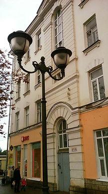 Кованый фонарь и дом Латкова.jpg