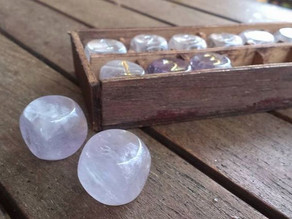 O poder dos cristais de ametista e quartzo