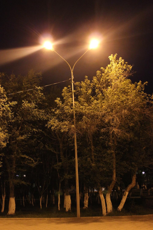 опоры уличного освещения, укомплектованы кронштейном ива