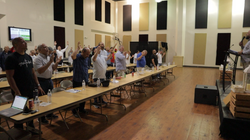 Congreso de hombres adorando