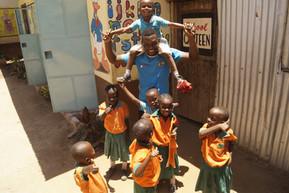 Glücklicher Lehrer, glückliche Kinder