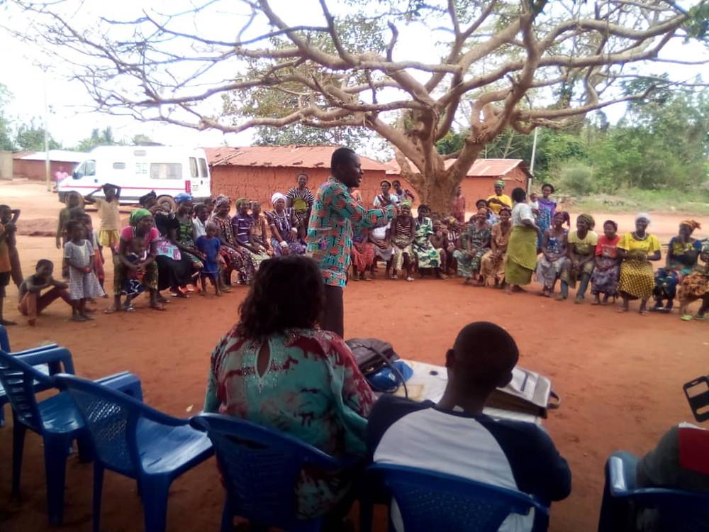 Happy Attiogbé entrain de conseiller et d'encourager les femmes à plus de solidarité
