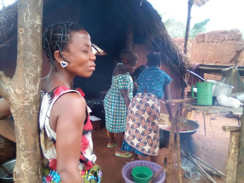 Les femmes elles-mêmes s'activent dans la préparation des repas pour la petite fête après les échanges