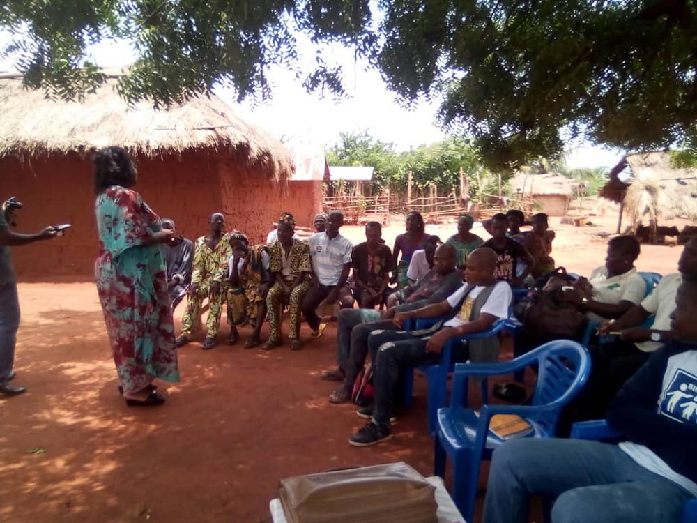 La directrice de l'association Petite Sœur à Sœur entrain d'échanger avec les femmes de donomadé