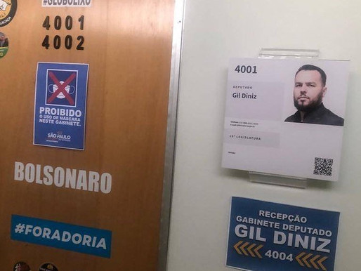 Deputado coloca placa 'proibindo' o uso de máscara na porta de sua sala na Alesp