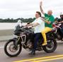 Mau exemplo: Sem capacetes, Bolsonaro leva Luciano Hang de moto durante carreata em RO