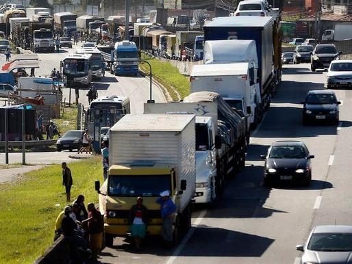 Caminhoneiros cogitam nova paralisação após aumento do diesel