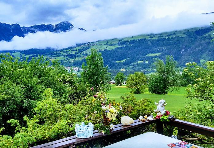 Hüsli Noains Aussicht Balkon www.berghue