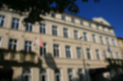 Frontansicht der denkmalgeschützte Fasade des Hotel Niederländischer Hof. Die Frontansicht zeigt auf den Pfaffenteich, der Schweriner Binnenalster.