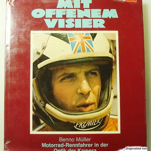 Mit offenem Visier - Motorrad-Rennfahrer in der Optik der Kamera